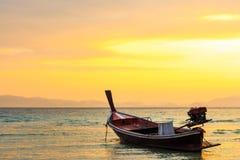 Barca sulla spiaggia e sull'alba Fotografia Stock Libera da Diritti