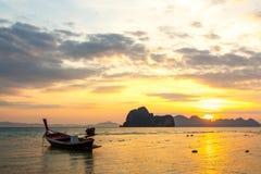 Barca sulla spiaggia e sull'alba Immagini Stock Libere da Diritti