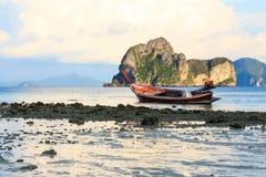 Barca sulla spiaggia nella sera Fotografia Stock Libera da Diritti