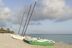Barca sulla spiaggia, stagione delle pioggie, nuvole temporalesche Immagini Stock Libere da Diritti