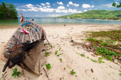 Barca sulla spiaggia a tempo di alba Immagini Stock Libere da Diritti