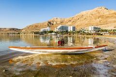 Barca sulle rive del mar Morto all'alba, Israele Immagini Stock Libere da Diritti