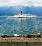 """Barca svizzera """"Italie """"vicino alla riva con un cibo del cigno fotografia stock"""
