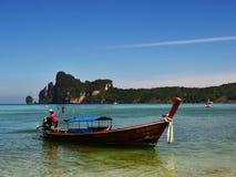 Barca tailandese del longtail vicino alla linea costiera dell'isola del Phi-phi immagini stock libere da diritti
