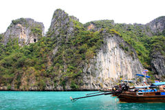 Barca tailandese, scogliera e Phi Phi marino cristallino i Fotografia Stock Libera da Diritti