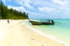 Barca tailandese tradizionale di Longtail sulla spiaggia dell'isola. immagine stock
