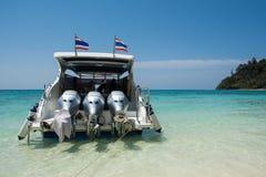 Barca tailandese vicino alla spiaggia Fotografia Stock Libera da Diritti