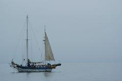 Barca traballante sui mari calmi Immagini Stock