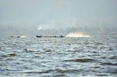 Barca tradizionale che viaggia in un lago fotografia stock