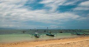 Barca tradizionale del ` della libellula del ` di balinese sulla spiaggia Pescherecci di Jukung sulla spiaggia di Sanur Un fenome stock footage