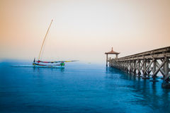 Barca tradizionale indonesiana in spiaggia di Pasir Putih, situbondo Immagine Stock