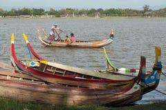 Barca tradizionale sul lago vicino al ponte di U-bein nel Myanmar Fotografie Stock