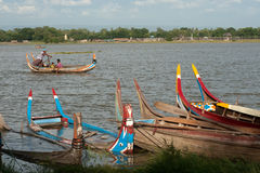 Barca tradizionale sul lago vicino al ponte di U-bein nel Myanmar Immagini Stock