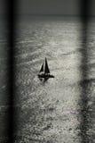 Barca tramite le rotaie Immagine Stock