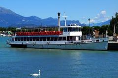 Barca Trento di crociera del passeggero di polizia del lago fotografie stock libere da diritti
