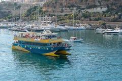 Barca turistica che esce il porto Gozo di Mgarr immagini stock