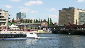 Barca turistica che guida sul fiume della baldoria a Oberbraumbruecke a Berlino video d archivio