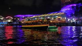 Barca turistica a Clarke Quay stock footage
