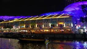 Barca turistica a Clarke Quay archivi video