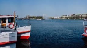 Barca turistica di crociera sul pilastro sul lago Alster, Amburgo, Germania Immagine Stock