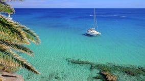 Barca turistica in laguna blu dell'Oceano Atlantico a Fuerteventura, Fotografia Stock Libera da Diritti