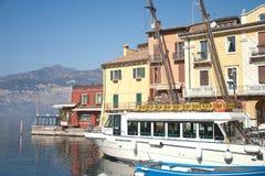 Barca turistica nel porto di Malcesine Immagine Stock