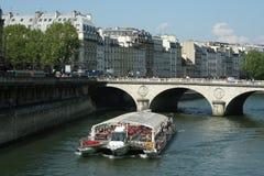 Barca turistica a Parigi Immagini Stock Libere da Diritti