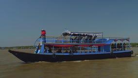 Barca turistica in pieno della gente dai paesi differenti stock footage
