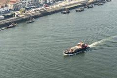 Barca turistica sul fiume del Duero a Oporto, Portogallo immagine stock