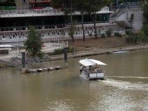 Barca turistica sul fiume Ebro in ZaragozaIII Immagini Stock Libere da Diritti