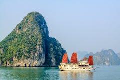 Barca turistica sulla baia di Halong Fotografia Stock