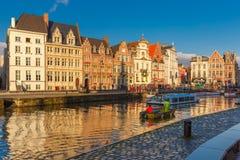 Barca turistica vicino a Quay Korenlei, Gand, Belgio Immagini Stock Libere da Diritti