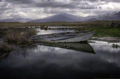 Barca in un lago Fotografia Stock Libera da Diritti