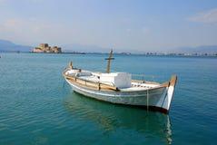 Barca in una porta Immagini Stock