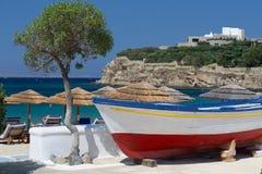 Barca variopinta alla spiaggia di Mykonos Immagine Stock Libera da Diritti
