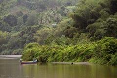 Barca variopinta su un fiume Fotografia Stock Libera da Diritti