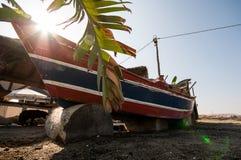 Barca variopinta sulla spiaggia Immagine Stock Libera da Diritti