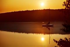 Barca a vela ad alba immagine stock