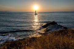 Barca a vela ad alba Immagini Stock Libere da Diritti