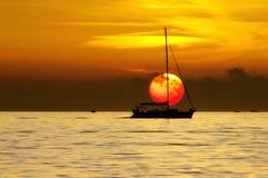 Barca a vela al tramonto Fotografia Stock