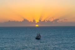 Barca a vela al tramonto in Key West fotografia stock libera da diritti
