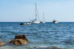 Barca a vela all'ancora vicino alla spiaggia Immagini Stock