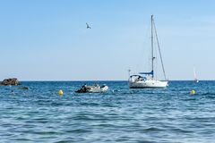 Barca a vela all'ancora vicino alla spiaggia Fotografia Stock Libera da Diritti