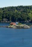 Barca a vela all'ancoraggio in fiordo norvegese Immagini Stock Libere da Diritti