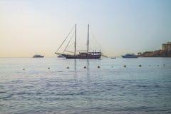 Barca a vela all'ancoraggio nella baia di naama Fotografia Stock Libera da Diritti