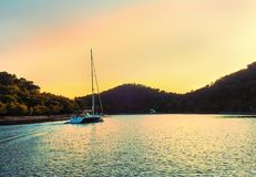 Barca a vela all'isola Lastovo, al tramonto recente Immagine Stock