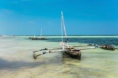 Barca a vela alla spiaggia di diani nel Kenya Bella vista sull'oceano fotografia stock