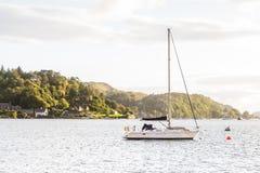 Barca a vela ancorata alla baia di Oban Fotografia Stock