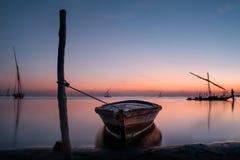 Barca a vela ancorata allegata nel lago Burullus immagine stock libera da diritti