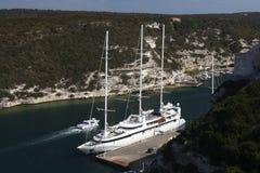 Barca a vela ancorata nel golfo di Bonifacio Fotografia Stock
